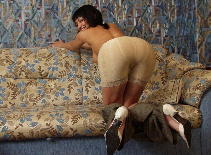 Чумовая попка игривой телочки на диване