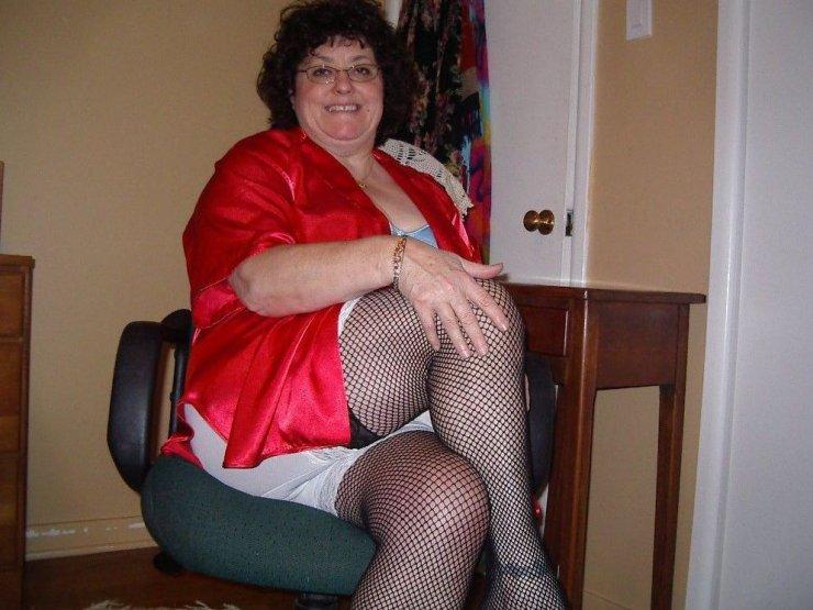 Полненькая дама в сетчатых колготках и панталонах