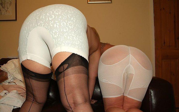 Две большие дамские задницы в панталонах