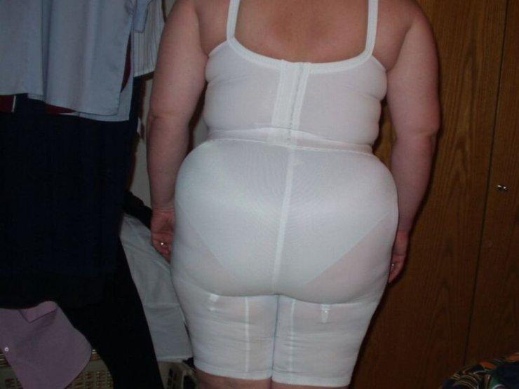 Огромный зад в панталонах и труселях белого цвета