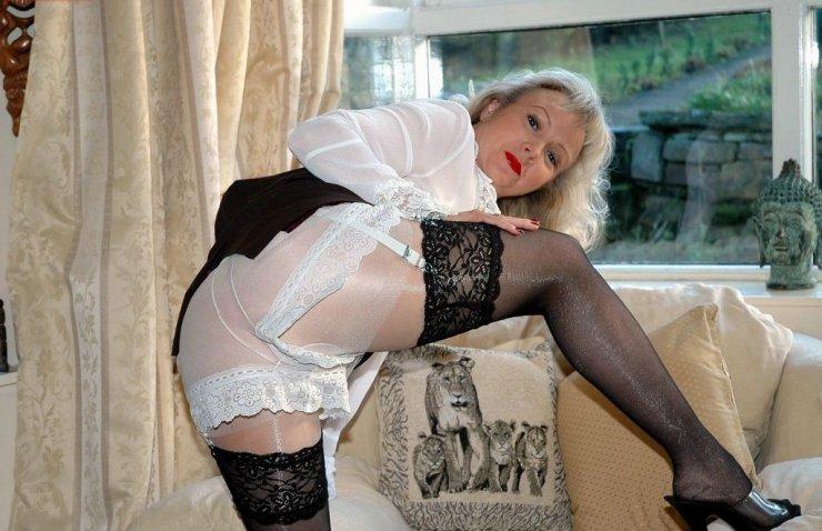 Игривая мамаша в кружевных панталонах и чулках