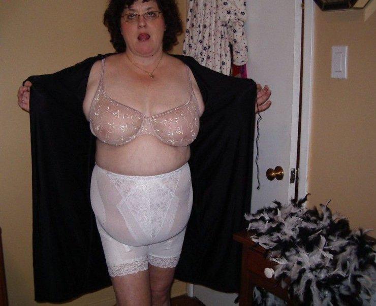 Толстенькая женщина щеголяет новым бельишком