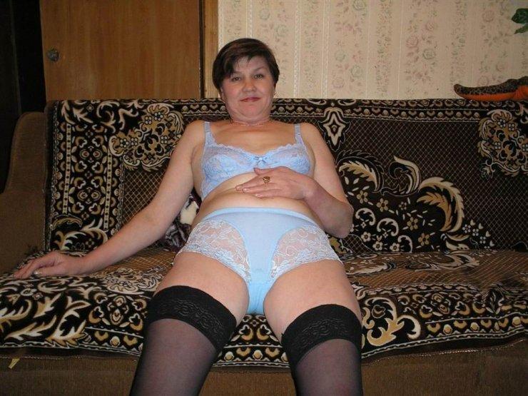 Зрелая тётя решила надеть эротическое бельё с чулками