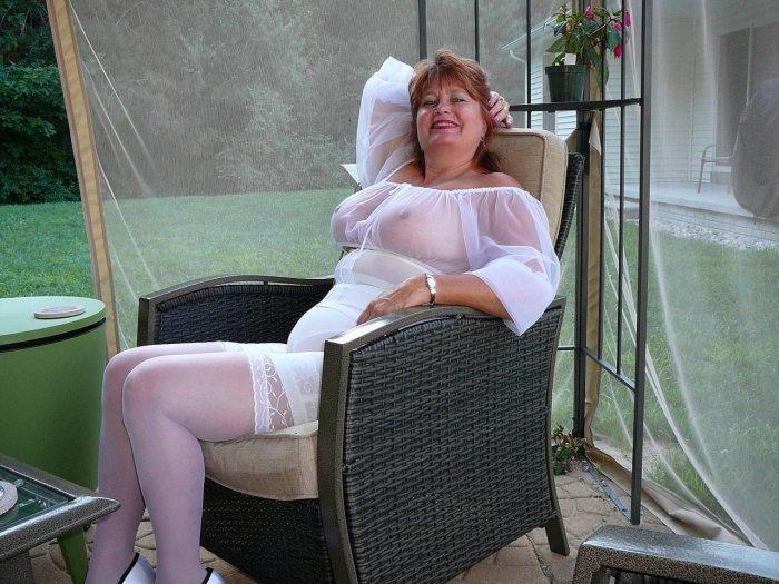Нарядная женщина в панталонах красуется в кресле с торчащими сосочками