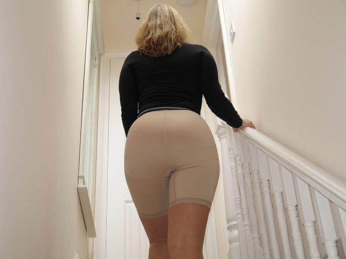 Дамочка поднимается по лестнице виляя задом в панталончиках
