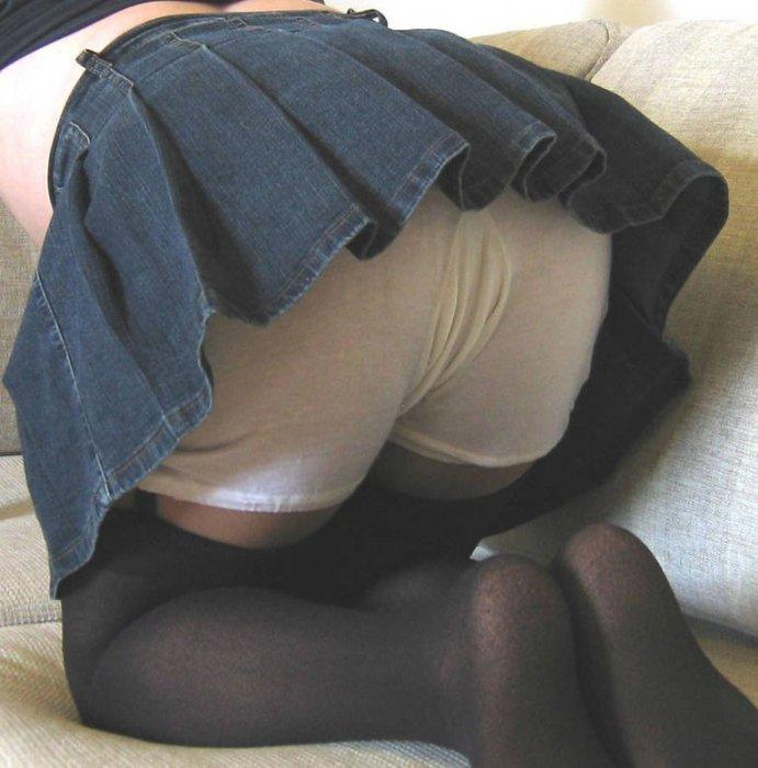 Телка встала раком и засветила панталоны из под своей юбки
