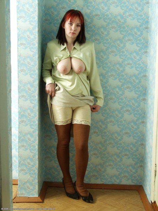 Дамочка нарядилась в панталоны и вывалила свои висячие сиськи