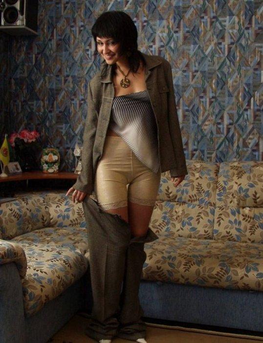 Из под классических штанов тети виднеются панталоны